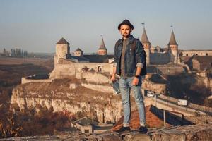 homem na frente de um antigo castelo foto