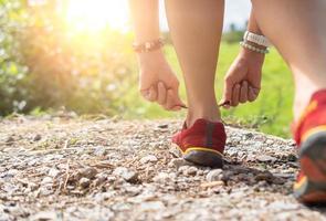 mulher usar tênis de corrida para caminhar. foto
