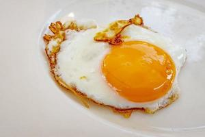 pronto para comer ovo frito no prato no café da manhã. foto