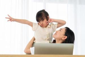 mãe e filha em um computador foto