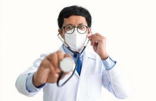 médico masculino com estetoscópio foto