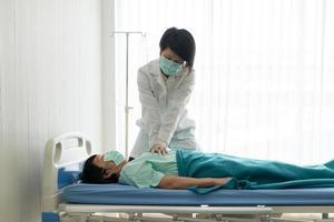 médico realizando cpr no paciente foto