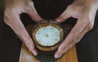 barista servindo um café com leite foto