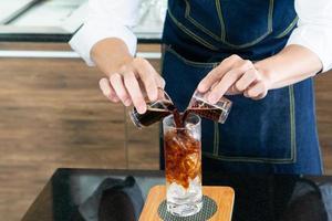 barista fazendo café gelado em um café foto