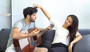 casal com uma guitarra foto