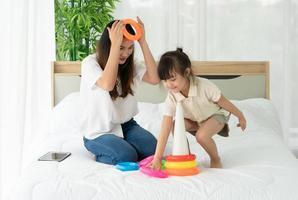mãe e filho jogando um jogo juntos foto