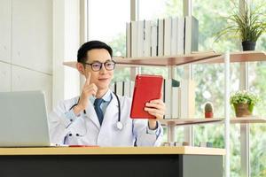 médico dando consulta via videochamada foto