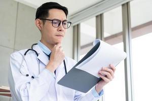 médico lendo prontuário do paciente foto