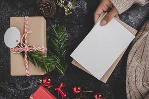 mãos segurando um cartão ou carta aberta foto