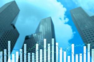 gráficos financeiros de dupla exposição e diagramas econômicos de negócios foto