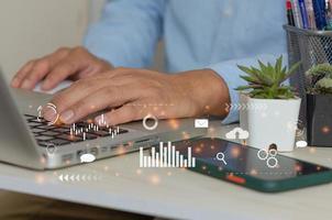 mão de homem usando laptop para trabalhar ícone de marketing de mídia social foto