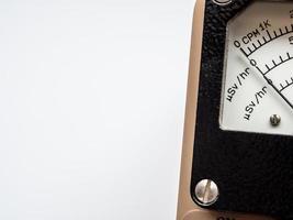 escala cpm e microsv por hora no mostrador do medidor de radiação foto