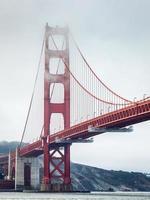 ponte Golden Gate coberta por nevoeiro ao amanhecer nublado. foto