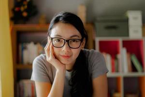 mulher de negócios usando óculos e sorrindo foto