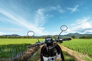 motocicleta com campo de arroz em casca na ásia foto
