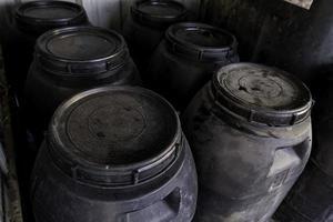 tambores de óleo em um ponto limpo foto