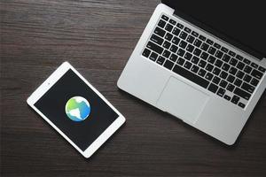 globo de comunicação da internet na tela do dispositivo foto
