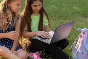 duas garotas com laptop foto
