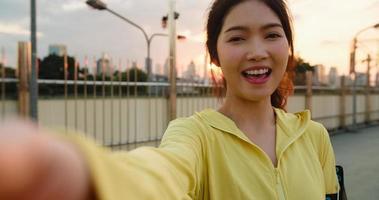 senhora atleta asiática gravando vídeo vlog com transmissão ao vivo no telefone. foto