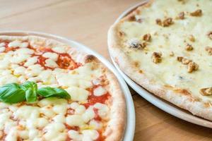 tradicional pizza italiana margherita e queijo gorgonzola e nozes foto