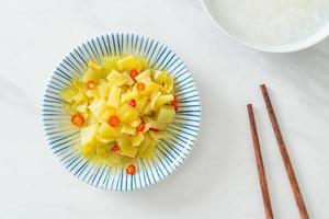 Salada picante de repolho em pickle ou aipo com óleo de gergelim foto