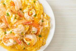 omelete cremosa com camarões ou ovos mexidos e camarões foto