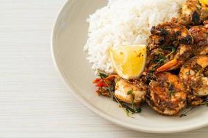 camarões jerk ou camarões grelhados ao estilo jamaica com arroz foto