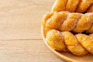 donut de açúcar em forma de espiral foto