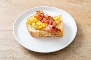 torrada de pão com ovo mexido e bacon foto