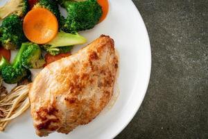bife de frango grelhado com vegetais foto
