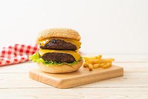 hambúrguer ou hambúrguer de carne com queijo e batatas fritas foto