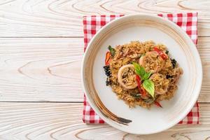 arroz frito com manjericão e ervas foto