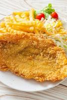 peixe frito e batatas fritas foto