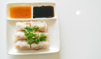 Rolinhos de macarrão chinês cozido no vapor com caranguejo foto