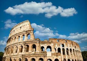 Roma, Itália. arquitetura dos arcos do exterior do coliseu foto