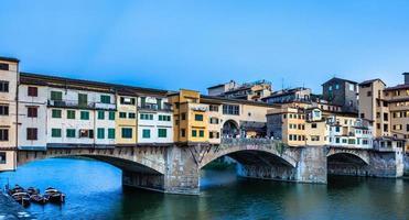 pôr do sol na ponte vecchio - ponte velha - em florença, itália. foto