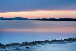 pôr do sol no estany pudent no parque natural de ses salines foto