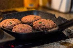 hambúrgueres grelhados com chamas dançantes preparados na perfeição foto