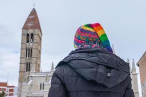 mulher contemplando uma igreja medieval no inverno foto
