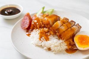 porco crocante com arroz com molho barbecue foto