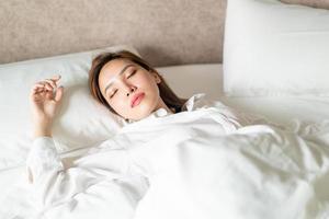 retrato linda mulher dormindo na cama foto
