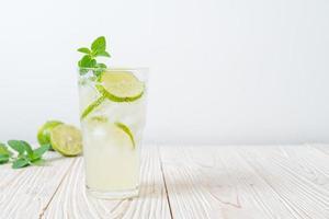 refrigerante de limão gelado com hortelã foto
