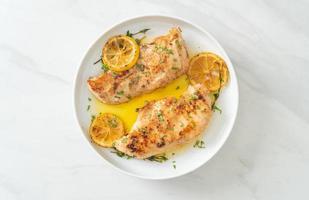 frango grelhado com manteiga, limão e alho foto
