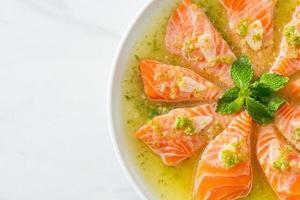 salmão picante em molho de salada de frutos do mar foto