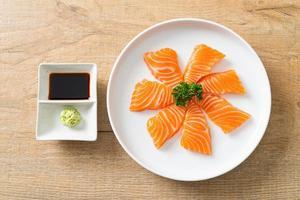 sashimi cru de salmão fresco no prato foto
