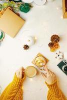 café da manhã festivo de natal com tortinha e café foto