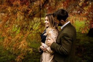 jovem casal no parque outono foto