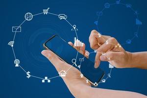 usando telefone inteligente com mídia social turva e ícones de compras. foto