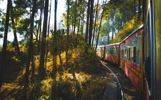 uma viagem de trem é uma vida cheia de jornadas foto