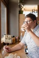 empresário sentado em uma sala de escritório com uma xícara de café foto